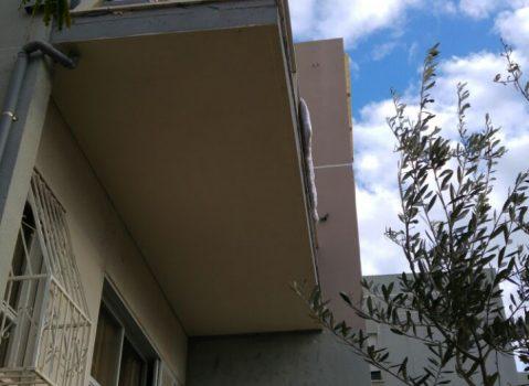 מרפסת תלויה ברחוב בחיפה